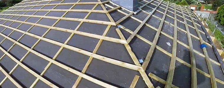 Mondaż łat na dachu za pomocą gwoździarki